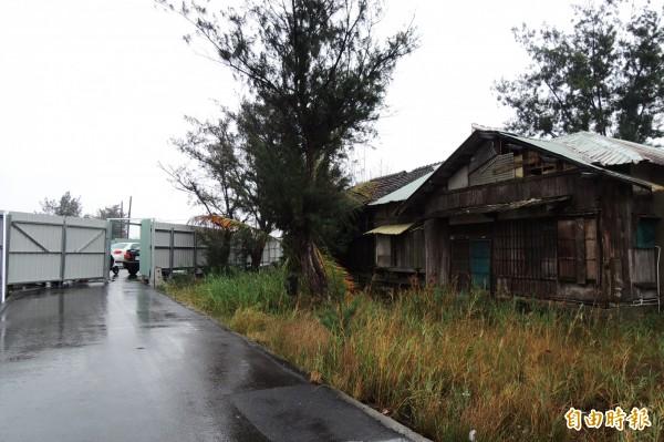 中石化公司以負有維護之責,用鐵皮圍籬把宿舍區圍起來,住戶出入僅靠小門進出。(記者蔡文居攝)