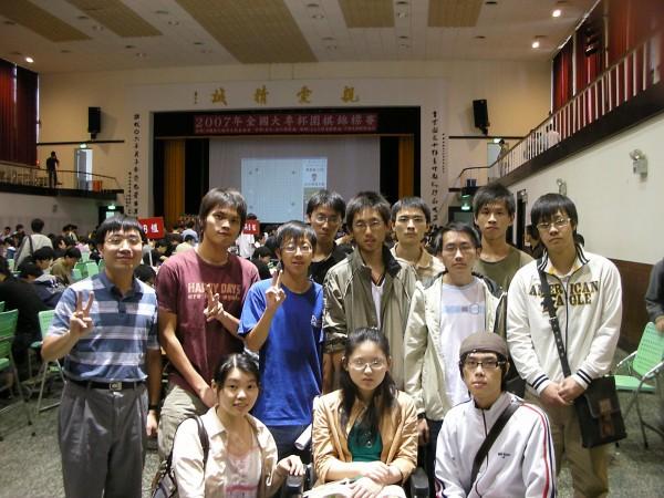 黃世傑(後排左一)率圍棋社參加2007年台灣大專盃圍棋賽。(台師大教授林順喜提供)