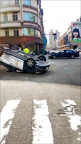 巡邏車被撞得四輪朝天,肇事責任仍待釐清。 (記者蔡清華翻攝)