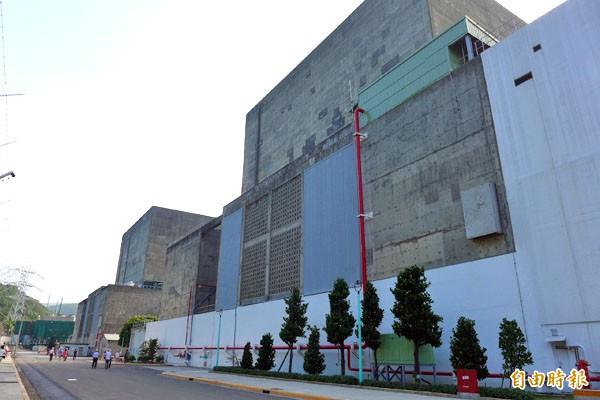 核一、核二廠可能明年停役。圖為核一廠內的一號機廠房(左)和二號機廠房(右)。(資料照,記者李雅雯攝)