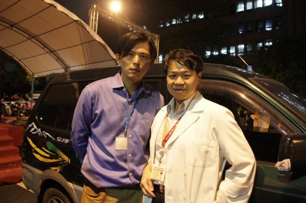 台大醫生施景中(右)臉書發文寫「平時殘害台灣人不遺餘力的抓耙子遇到病魔就回台使用免費健保」,他呼籲新政府要檢討這些爛帳。(圖擷自施景中臉書)