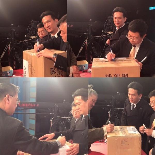 白色恐怖檔案持有人胡先生的白恐文件,在節目錄影結束後,彌封簽名完成文件封箱,暫時交由王世堅保管。(圖擷取自彭文正臉書)