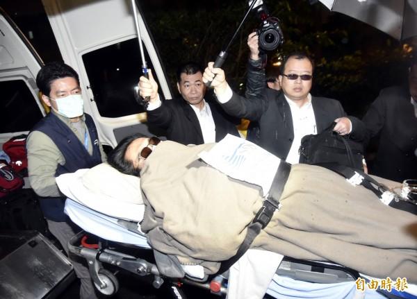 護送黃安進入振興醫院的黑衣人在黃安救護車前等候黃安下車,,黑衣人用盡方法遮擋媒體拍攝。(記者陳奕全攝)