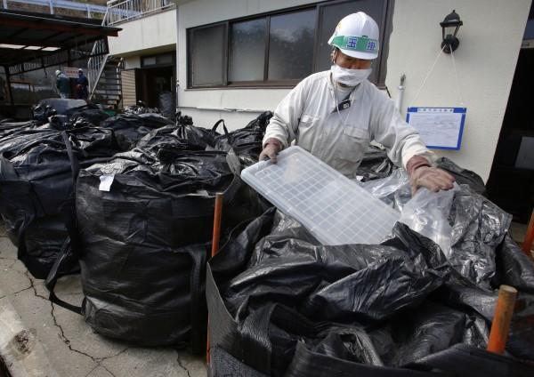 針對去污作業中所收集的污染廢棄物,安倍晉三表示將加快建設過渡性儲存設施。(美聯社)