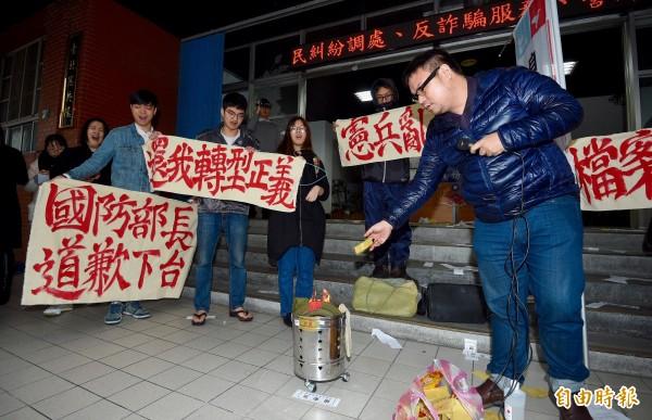 自由台灣黨及獨派學生團體10日至台北憲兵隊前,抗議日前發生的憲兵濫搜案。抗議成員焚燒憲兵制服及冥紙表達不滿。(記者羅沛德攝)