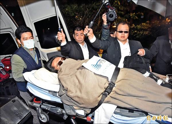 藝人黃安昨天凌晨搭乘醫療包機抵台,隨即入住振興醫院,身分不明黑衣人士用盡方法遮擋媒體拍攝,低調說是黃安友人。(記者陳奕全攝)