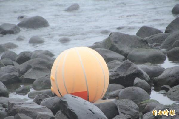 救命浮力球失事後隨即展開。(記者吳政峰攝)