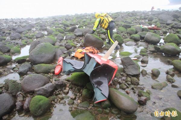 消防員將機身殘骸撿回岸際。(記者吳政峰攝)