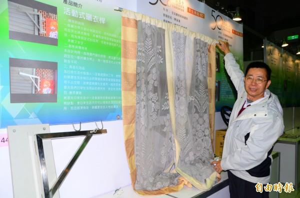 利用布幕交叉產生的自然阻隔效果,陳溪清研發了防蚊門簾。 (記者吳俊鋒攝)