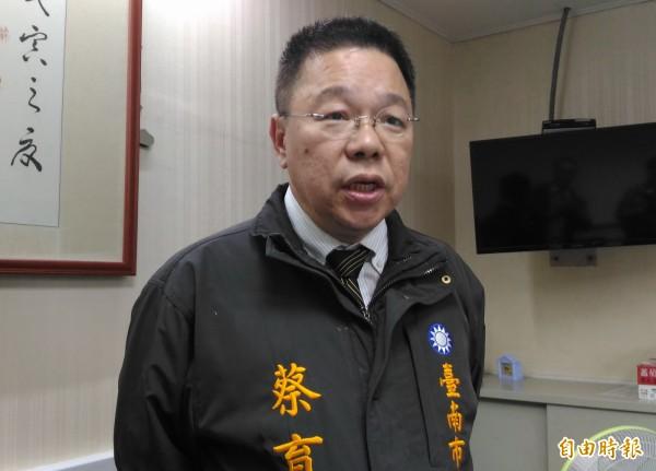 蔡育輝說,國民黨唯有沒有半毛黨產,「這樣走路才會有風」。(記者蔡文居攝)