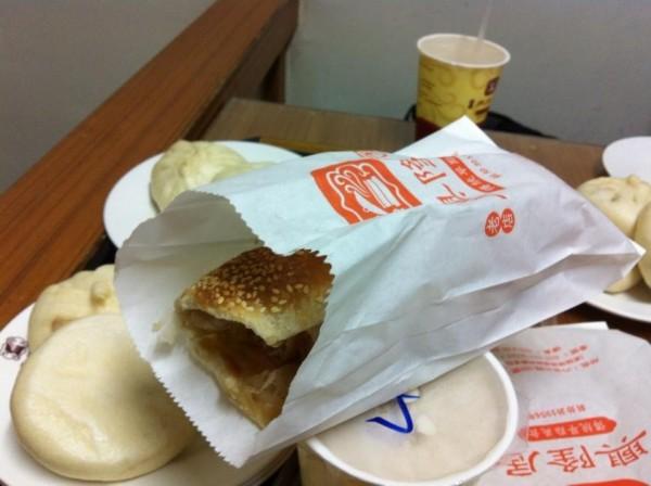 花媽偶爾會到六合路一家老字號的早餐店,買燒餅品嚐。(取自陳菊臉書)