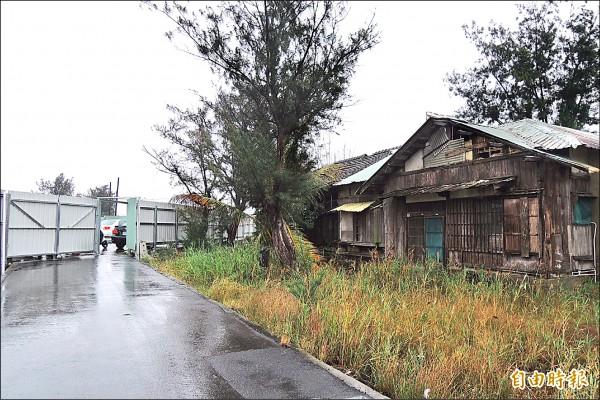 中石化公司以負有維護之責,用鐵皮圍籬把宿舍區圍起來,住戶僅靠小門進出。(記者蔡文居攝)