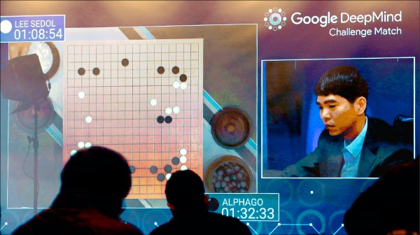 世界圍棋冠軍南韓李世石10日再度輸給Google旗下的人工智慧系統AlphaGo,苦嘗2連敗。南韓的電視台10日繼續全程轉播弈棋過程,螢幕右為李世石。(美聯社)