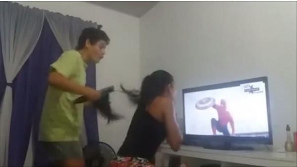 男子看到蜘蛛人出現在《美國隊長3:英雄內戰》一時興奮竟將女友的頭髮都燙斷了。(圖片擷取自巴西網友臉書)