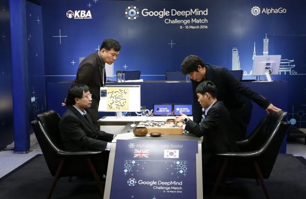 田石鎮認為,AlphaGo 並非按照已獲取的資訊落子,而是先看對方的招數並對之進行縝密分析後拆招,並非真正意義上的人工智慧。(美聯社)