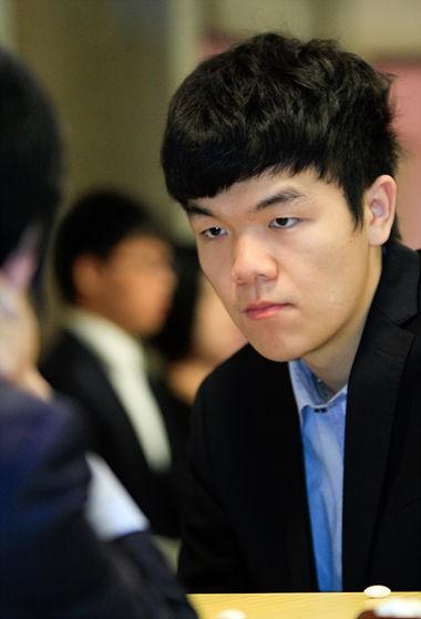 柯潔年紀輕輕就當上圍棋世界冠軍,曾大敗李世乭數次,也是當今圍棋排行第一人,他放話說自己有自信能戰勝電腦AI。(圖擷自網路)