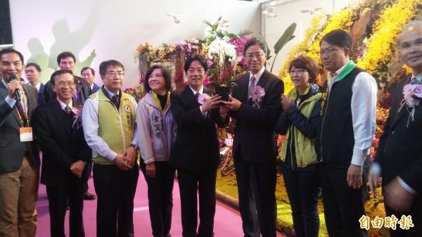 台南市長賴清德(左六)贈送台灣阿嬤蝴蝶蘭給張善政表達感謝。(記者楊金城攝)