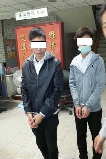 2名年輕的詐欺集團車手,一身上班族型男裝扮,卻還是被抓了。(記者張瑞楨翻攝)