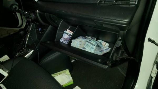 警方在車內查扣82萬餘元現金。(記者張瑞楨翻攝)