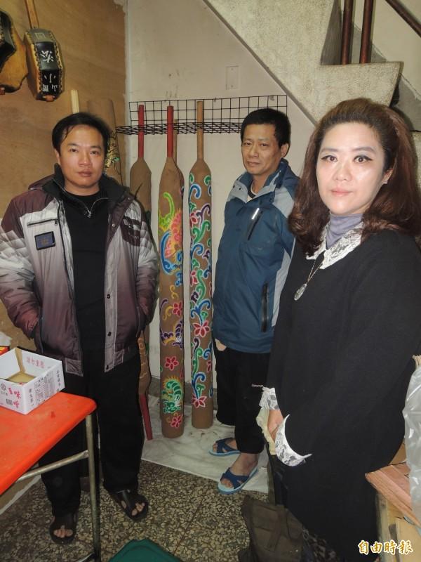 馬瑋伶(右)粗大線香完成後,找藝師黃志偉(左)彩繪。(記者陳燦坤攝)