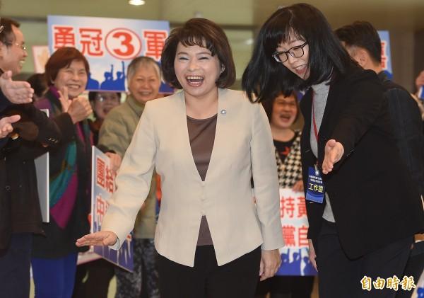 國民黨主席補選政見會12日舉行,代理主席黃敏惠(前)抵達中視,現場有應援團為她加油打氣。(記者廖振輝攝)
