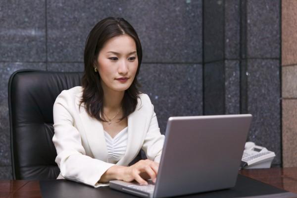 北韓從去年底展開網路攻擊戰,發動一波「美人計」攻勢,利用正妹照片開設臉書帳號,邀南韓官員加為好友後,藉此竊取情報。(情境照)