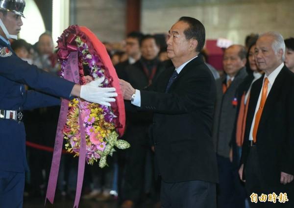 親民黨主席宋楚瑜今(12)日至國父紀念館,向中國國民黨總理孫中山遺像獻禮致敬。(記者廖振輝攝)