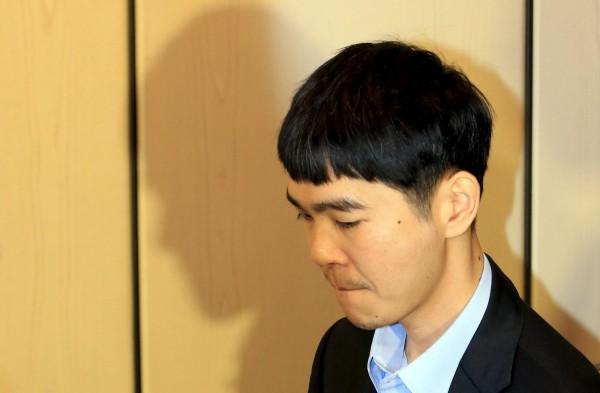 李世乭在賽後記者會表示,要說聲抱歉,無論內容還是結果,他都顯得相當無力,真的很抱歉。(路透)