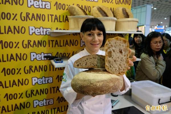 義大利羅馬的年輕麵包大師Roberta Pezzella展示自己的拖鞋麵包作品,外脆內軟,每次一出爐,立即被民眾搶光。(記者陳炳宏攝)