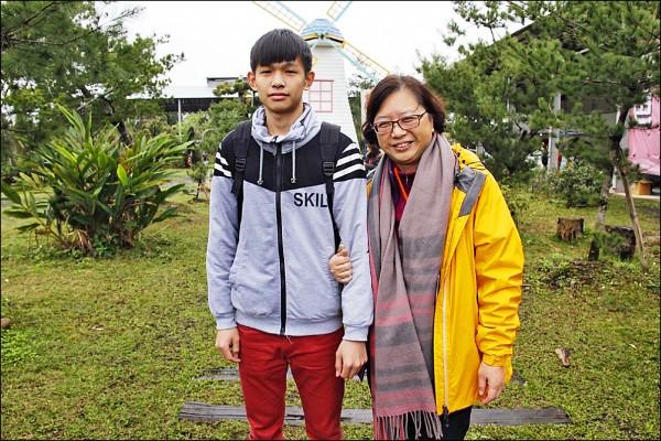 戴有緯(左)感謝資助他十二年的朱阿姨(右)。(記者周敏鴻攝)