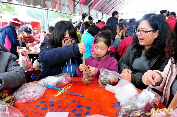 公館藝術文化節開幕,千人擠福菜。(記者蔡政珉攝)