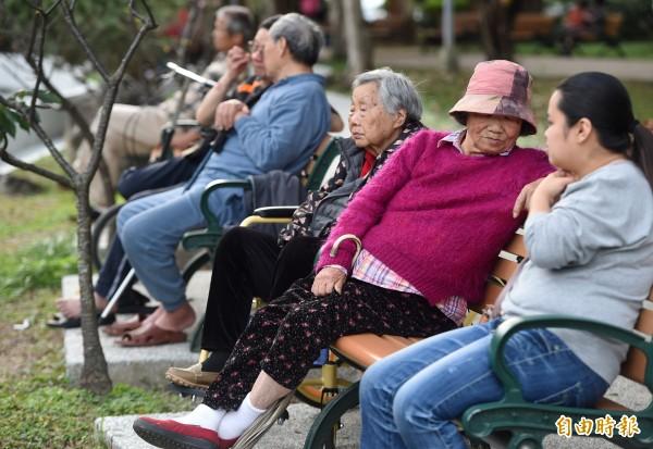 年金制度本意要提供老年基本生活保障,但是白花花的銀子絕非天上掉下來,再美的夢也要有築夢的本錢。(記者廖振輝攝)