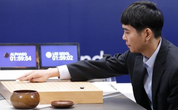 南韓圍棋王者李世石在與Google人工智慧系統AlphaGo的5盤對弈中連敗3次後,在今日為「人類」揚眉吐氣,迫使AlphaGo投子認輸。(美聯社)