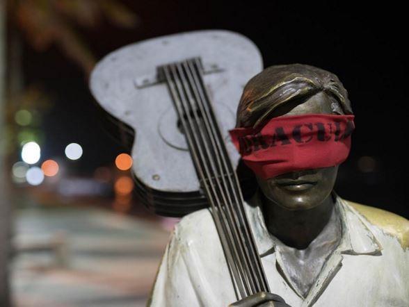 巴西當地團體發起抗議,街頭的雕像被矇住雙眼。(圖擷取自Oraculoproject臉書)