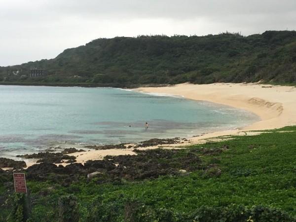 一對男女闖砂島保護區鴛鴦戲水。(記者蔡宗憲翻攝)