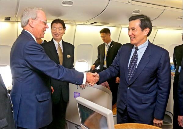 馬英九總統出訪中美洲,去程過境美國休士頓,落地時AIT主席薄瑞光(左)接機。(中央社)