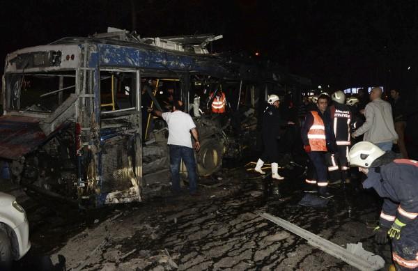 公車在爆炸案後燒得面目全非。(美聯社)