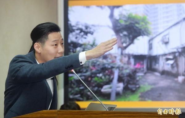時代力量立委林昶佐14日在立法院外交與國防委員會質詢。(記者廖振輝攝)