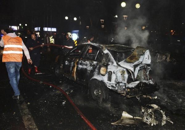 爆炸案造成多輛汽車猛烈燃燒。(美聯社)