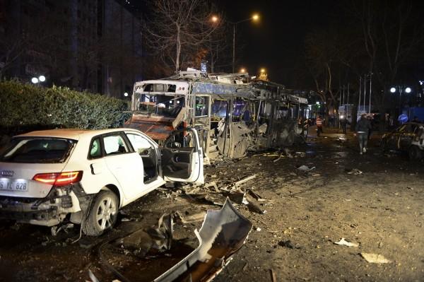 這起爆炸案懷疑是1輛裝滿炸藥的汽車衝撞一輛公車所引起。(美聯社)