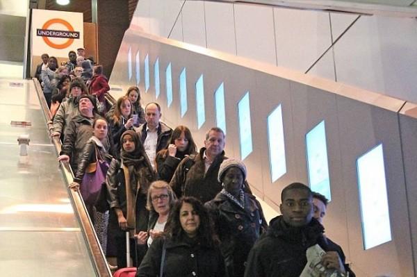 去年倫敦地鐵霍爾本站推動電扶梯「限站立」實驗,結果比往常可載運多3成的旅客。(圖擷自英國《每日郵報》)