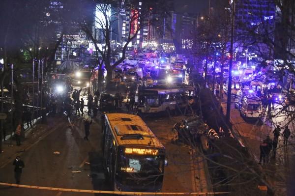 星期日晚上近7時,在安卡拉巿中心吉孜雷廣場一處公園附近的車站傳出巨響,現場疑有一輛汽車衝撞一輛公車,接著就發生爆炸。(美聯社)