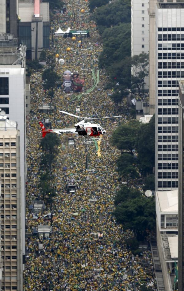 其中在巴西最大城聖保羅(São Paulo)約有140萬抗議群眾,幾乎把城市街道擠到水洩不通。(路透)