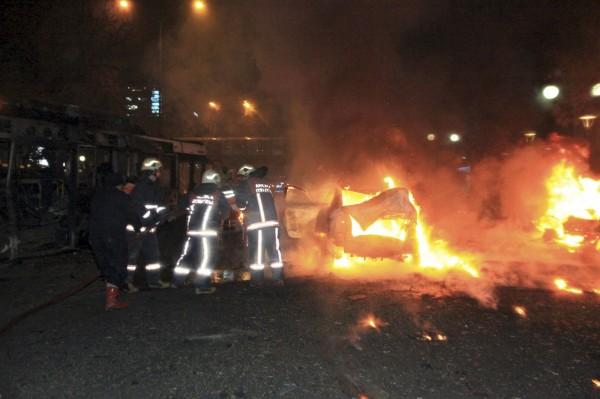 爆炸案造成多輛汽車猛烈燃燒。(路透)