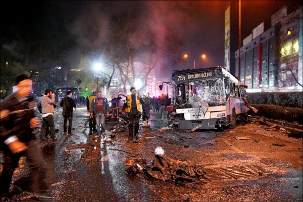 土耳其首都安卡拉市中心十三日晚間遭自殺炸彈攻擊,消防人員在爆炸現場搶救。(路透)