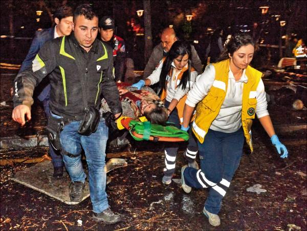 救難人員從土耳其安卡拉炸彈攻擊現場抬出一名傷者。(美聯社)