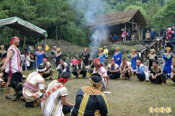 每年三到五月是布農族射耳祭時間,今年首場26日在延平鄉紅葉村舉行。(記者王秀亭攝)