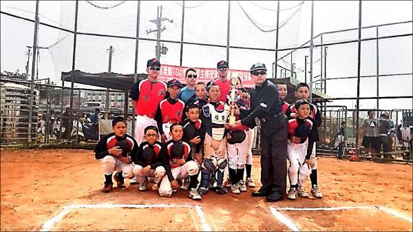 公館鄉福基國小棒球隊,全隊十二名球員,超過一半來自清苦家庭,雖今年才正式成軍,但小選手憑著苦練,拿下縣賽冠軍,取得全國賽資格。(福基國小提供)