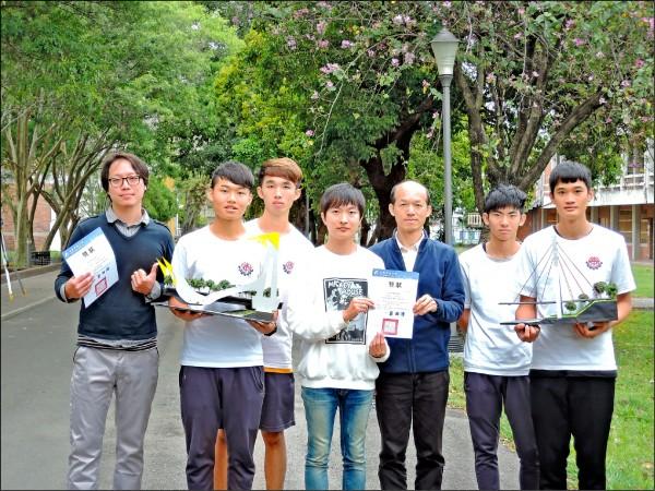 台東專科學校高職部建築科師生,參加「木橋載重創新設計競賽」,獲兩項佳作。(台東專科學校提供)
