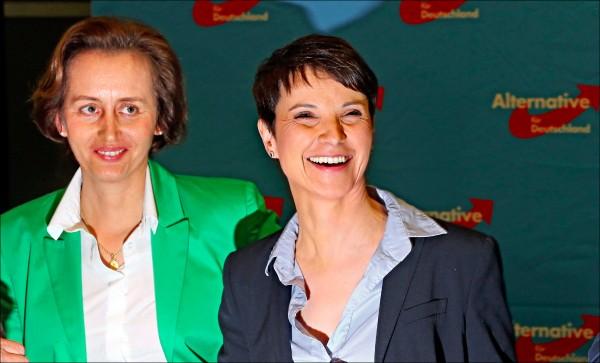 在這次地方選舉中的右翼「德國另類選擇黨」(AfD)黨魁佩特里(Frauke Petry),十三日在聽取勝選報告後展露笑容。(歐新社)